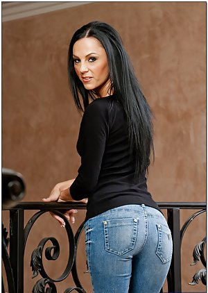 Sexy milf in jeans